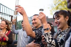 Un toast pour les mariés lors d'une cérémonie laïque