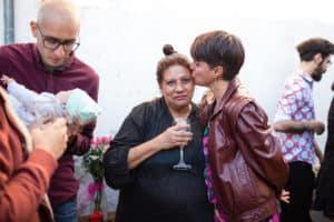 La marié donne un baiser sur le front de sa mère