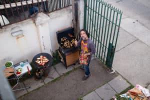 Le barbecue sous contrôle lors d'un mariage alternatif