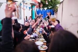 Un toast pour les mariés lors du diner de mariage alternatif