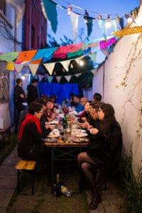 Les invités sont assis pour le diner du mariage alternatif