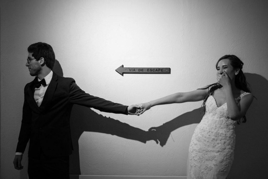 La mariée rie avec le marié