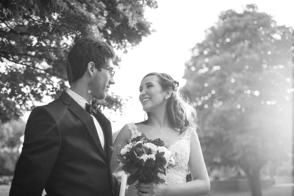 Les deux mariés se regardent tendrement