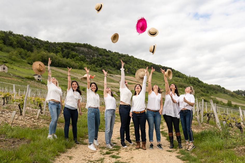 Les filles lancent leur chapeaux de paille en l'air lors d'une séance photo EVJF Lyon.