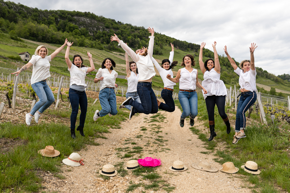Les filles sautent en l'air lors d'une séance photo EVJF Lyon.