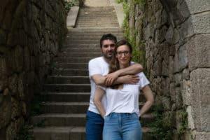 Séance couple engagement à Barcelone avant le mariage par Sabine Greppo, photographe immersive.